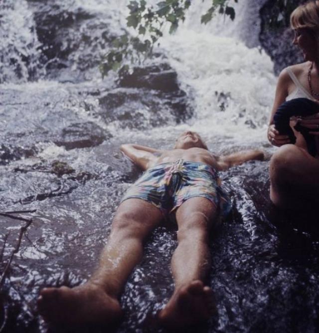 Сцена была установлена в нижней части холма на фоне пруда, который во время проведения фестиваля стал местом для купания нагишом.