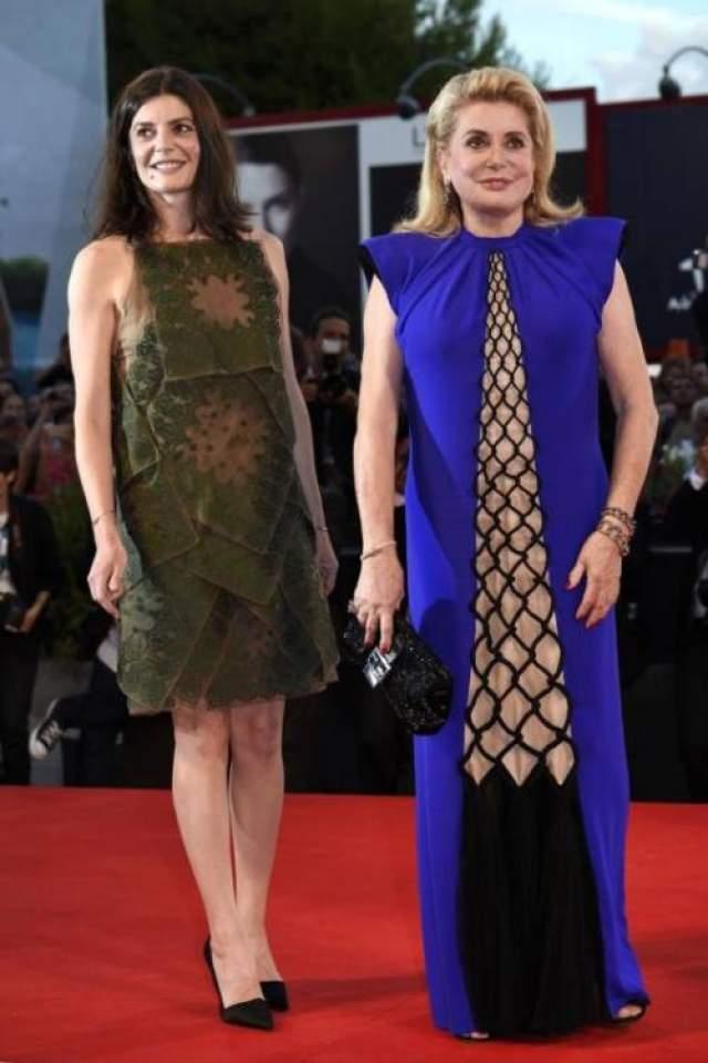 """Мать и дочь - Кьяра Мастрояни и Катрин Денев на премьере фильма """"Три сердца"""" на Венецианском кинофестивале отличились странными нарядами: Кьяра - нашитыми поверх друг друга """"лоскутками"""" Christian Dior, а ее легендарная мама - платьем Jean Paul Gaultier, верх которого сделал ее фигуру очень массивной."""