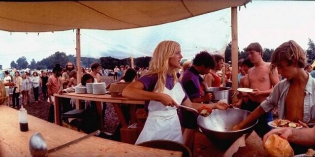 """Заботу о пропитании для участников фестиваля среди прочих поручили компании """"Еда за любовь"""". Увидев, хороший шанс наживы, ее руководство решило неплохо подзаработать, в результате, цены на гамбургеры были подняты в четыре раза с 25 центов до доллара."""