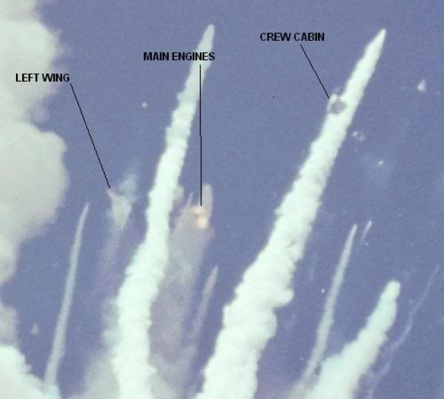 Ускорители отделились от основания разрушенного бака и продолжали неконтролируемый полет вокруг челнока. На фото слева направо: левое крыло, двигатель, кабина экипажа.