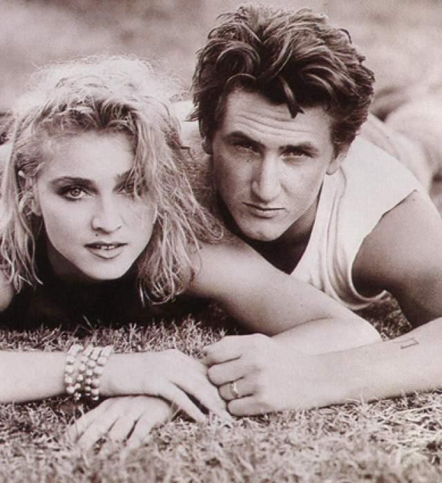 Мадонна и Шон Пенн, 1985-1989. Судьбоносная встреча Пенна с Мадонной произошла в павильоне студии Warner Brothers в 1985 году, когда проходили съемки клипа Material Girl. Это была любовь с первого взгляда - в том же 1985 году Пенн и Мадонна поженились.