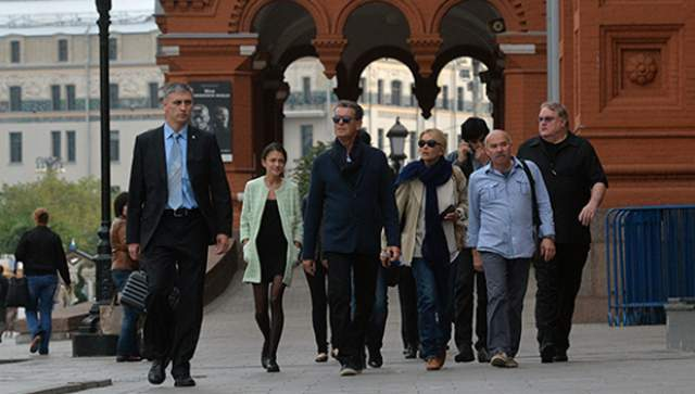 """Пирс Броснан : """"Знаете, я впервые в Москве. Мне очень хотелось погулять по городу, поэтому я сегодня утром сбежал от своих охранников и пошел на Красную площадь. Отличные впечатления - хочу туда еще раз!"""""""
