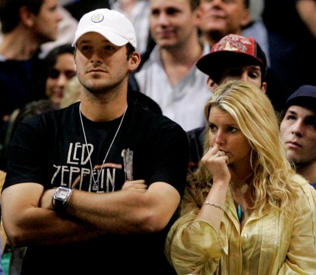 Джессика Симпсон. В 2009 году певица подарила своему бойфренду Тони Ромо моторную лодку, стоимостью в $100 000.