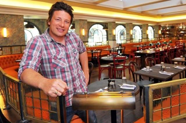 Джейми же тем временем открывает новые рестораны в разных странах мира (в том числе и в России).