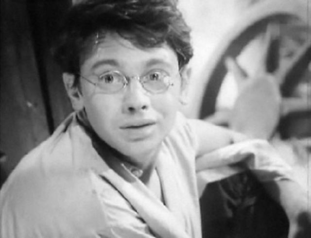 """Уже на 2-м курсе ГИТИСа режиссеры Александр Алов и Владимир Наумов пригласили Александра на роль Мити в картину """"Ветер"""". Именно тогда был рожден новый тип героя - скромный интеллигентный юноша, совершающий подвиг."""