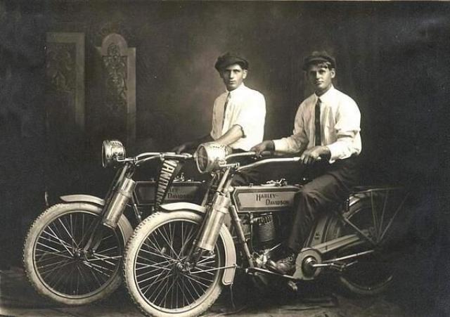 Harley-Davidson. В начале 1901 года Уильям Сильвестр Харли, которому было всего 22 года, разработал проект для маленького двигателя объемом 115 см³. Следующие два года он с другом детства Артуром Дэвидсоном трудился над велосипедом с мотором. Это было стартом производства всемирно известных мотоциклов.