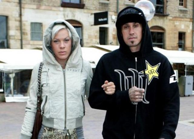 """Однако уже в марте 2009 года Кэри Харт признался в интервью журналу SpeedFreaks, что он и Pink """"встречались"""". В интервью с Опрой Уинфри 5 февраля 2010 года Pink заявила, что она и ее муж Кэри снова вместе."""