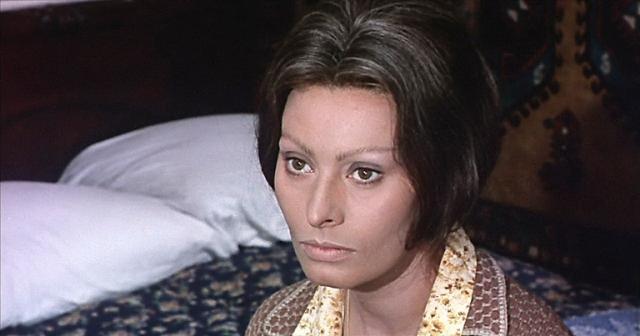 """Актрисе даже довелось поработать и с русскими режиссерами: в 1969 году Софи Лорен снялась в советско-итальянском фильме """"Подсолнухи"""". А всего ей удалось сыграть в двадцати с лишним лентах."""