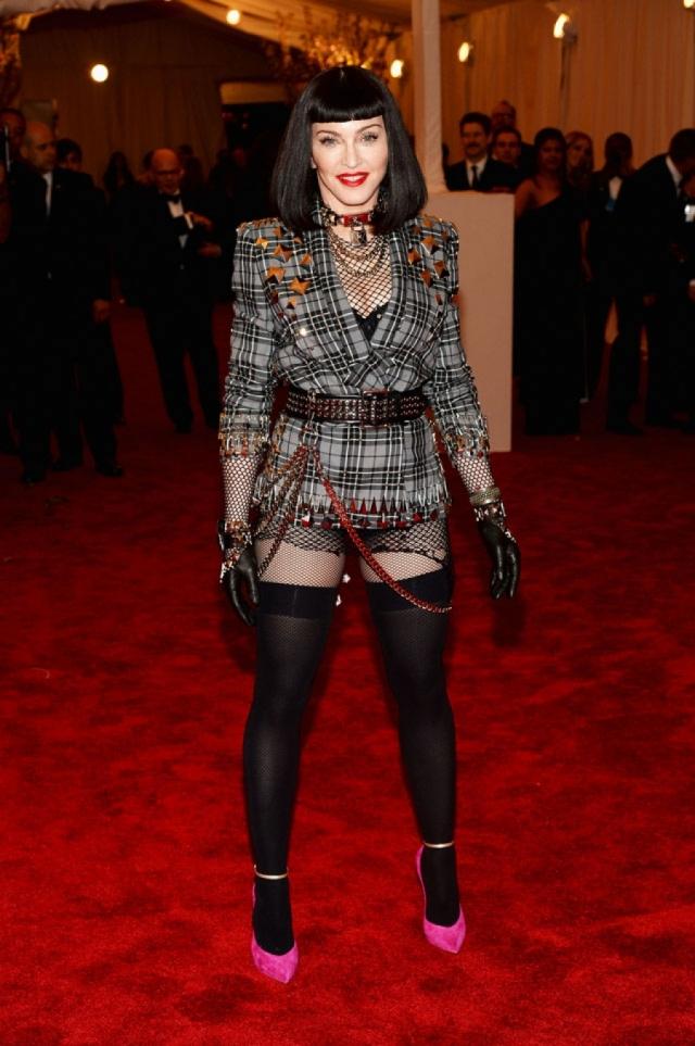 """Даже, казалось бы, строгое мероприятие под названием """"Вечер костюма"""" Мадонна восприняла по-своему."""