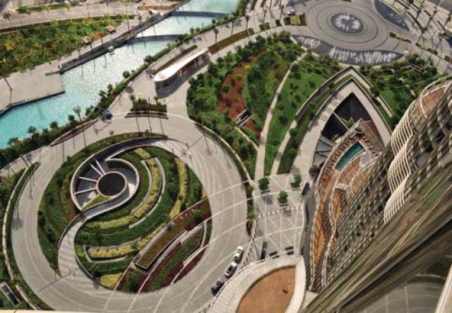 Небоскреб также включает 2957 парковочных мест, 304 отеля и 904 квартиры.