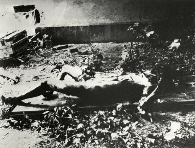 В этот же день производилось вскрытие трупа женщины, предположительно, принадлежавшего Еве Браун. Несмотря на то, что во рту была разломанная стеклянная ампула и от трупа тоже исходил запах горького миндаля, в грудной клетке были обнаружены следы осколочного ранения и 6 мелких металлических осколков.