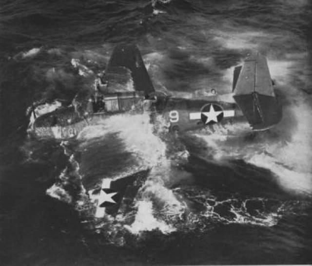 """Где-то около 20:00 у торпедоносцев кончилось топливо, и они были вынуждены приводниться, дальнейшая судьба """"Эвенджеров"""" и из пилотов неизвестна."""