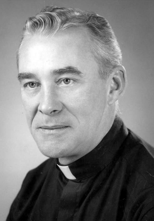 В 1949-м году два католических священника из Сент-Луиса провели несколько обрядов экзорцизма. Когда они это сделали, мальчик начал говорить на латыни, хотя никогда не знал этого языка. Также он начал плеваться, а на его коже появилась красная сыпь. На фото: Уолтер Хэллоран, один из священников, участвовавших в экзорцизме.