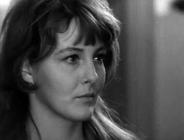 Актриса по большой любви вышла замуж за телевизионного режиссера Евгения, родила дочку Марину. Позже последовал развод, неприятности на работе в театре.