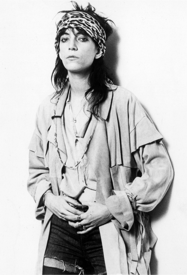 """Патти Смит. Американская певица, популярность которой пришлась на 70-е - 80-е годы. Благодаря своему альбому """"Horses"""", в оригинальном стиле, Патти стали называть крестной мамой панк-рока, а ее всемирно известный сингл """"Because the Night"""" поднял певицу на вершину музыкального мира."""