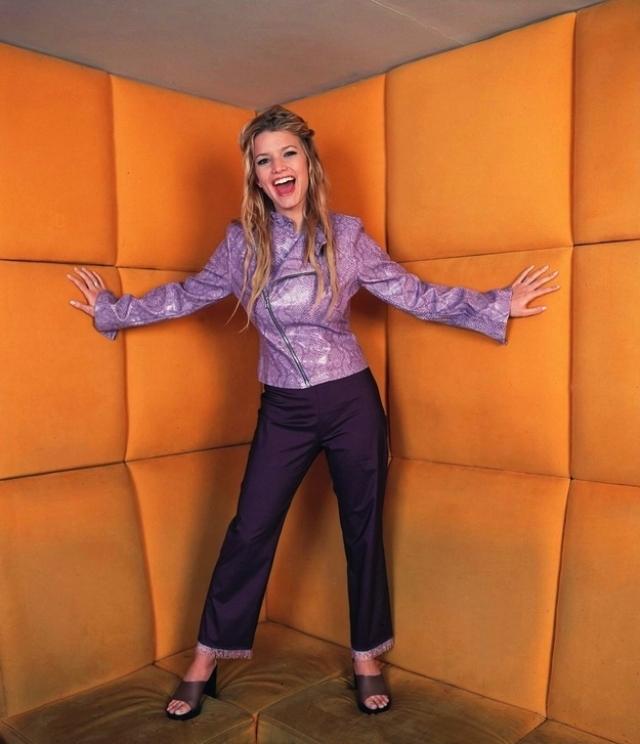 Джессика Симпсон позирует… в психбольнице? Помимо мягких стен обращает на себя внимание наряд девушки, по которому вряд ли скажешь, что в будущем она возглавит модный бренд.