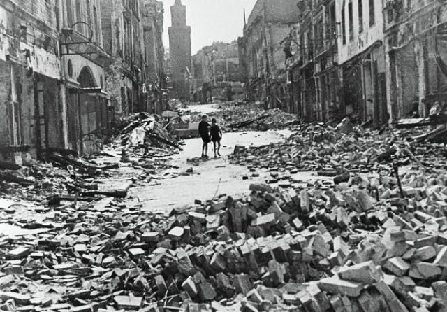 Сотрудники военной разведки упаковали останки в деревянные ящики и зарыли под Берлином. Вскоре, однако, штаб чекистов поменял дислокацию, вслед за ним отправились и ящики.