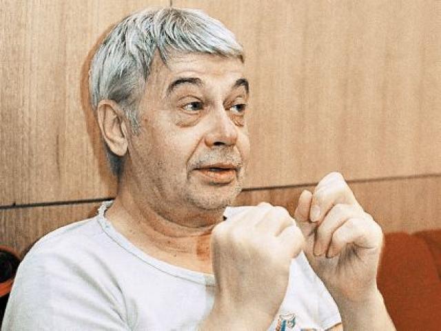 """На съемках """"Клубнички"""" у Демьяненко произошло отслоение сетчатки. Правый глаз перестал видеть. В Москве актеру сделали операцию. Наркоз актер перенес его довольно тяжело, проявились скрытые болезни, второй инфаркт. Он скончался 22 августа 1999 года в больнице в возрасте 62 лет."""