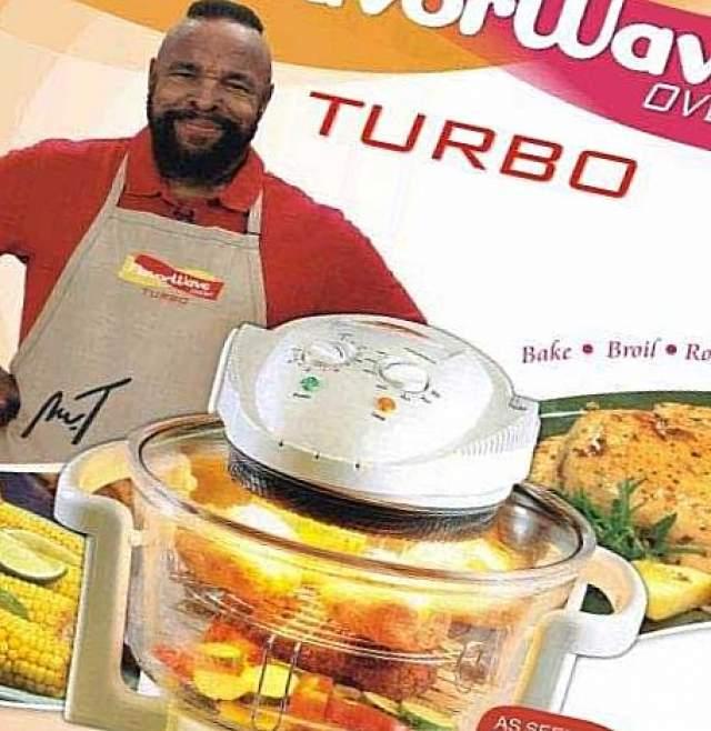"""Любимый актер сериала """"Команда """"А"""" Мистер Ти рекламирует аэрогриль Flavorwave Oven в ток-шоу. Сложно поверить, что брутальный актер - знаток кулинарной техники."""