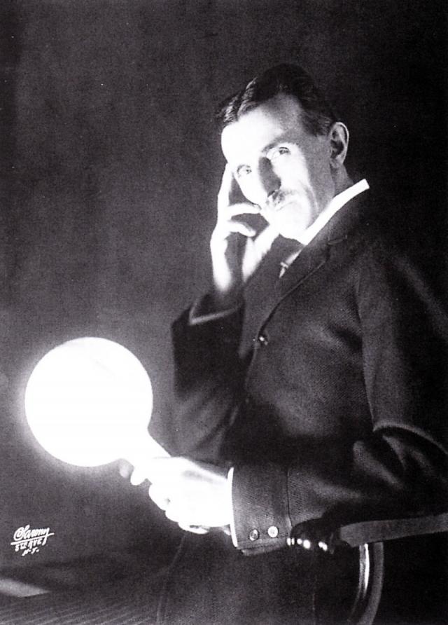 """За несколько лет до начала Мировой войны Тесла предложил революционный по тем временам способ обнаружения подводных лодок путем """"испускания высокочастотных радиоволн под воду с тем, чтобы они отражались от металлических корпусов субмарин""""."""