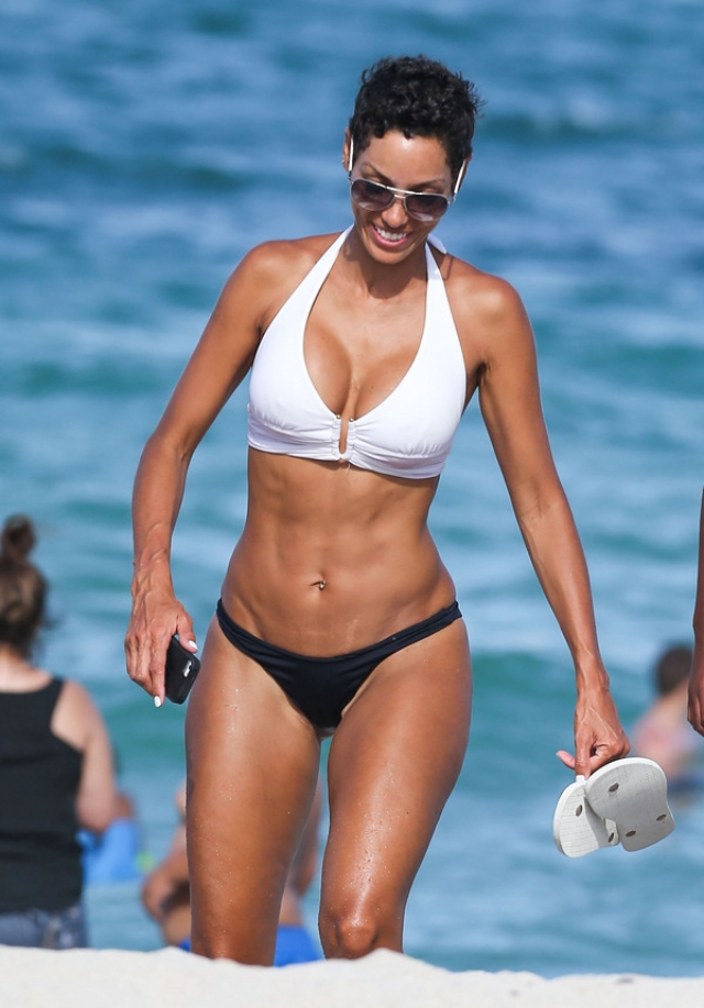 Холли Берри. Глядя на пляжные фото актрисы сложно даже представить, что ей за 50.