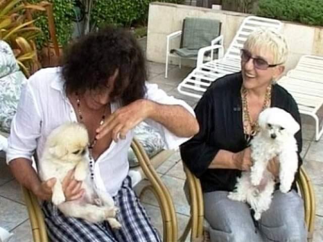 Женщина попробовала там работать по своей творческой специальности, но нигде не зацепилась. Устроилась работать водителем автобуса. Когда немного выбралась из финансовой ямы, вспомнила, что всегда любила животных, и открыла не без поддержки Валерия свой салон красоты для собак.