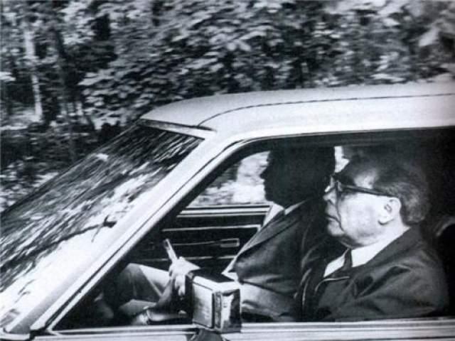 Брежнев за рулем везет пассажира - Президента США Ричарда Никсона