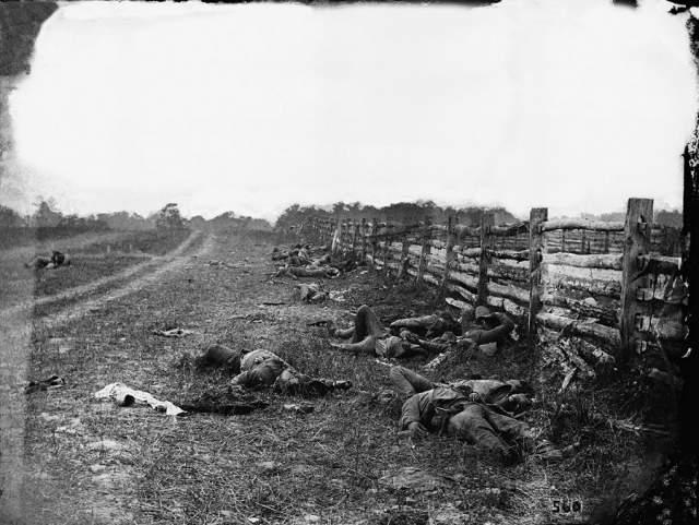 Погибшие при Энтитеме, Александр Гарднер, 1862. На снимке - тела солдат-луизианцев бригады Старка после боя у Данкер Черч.