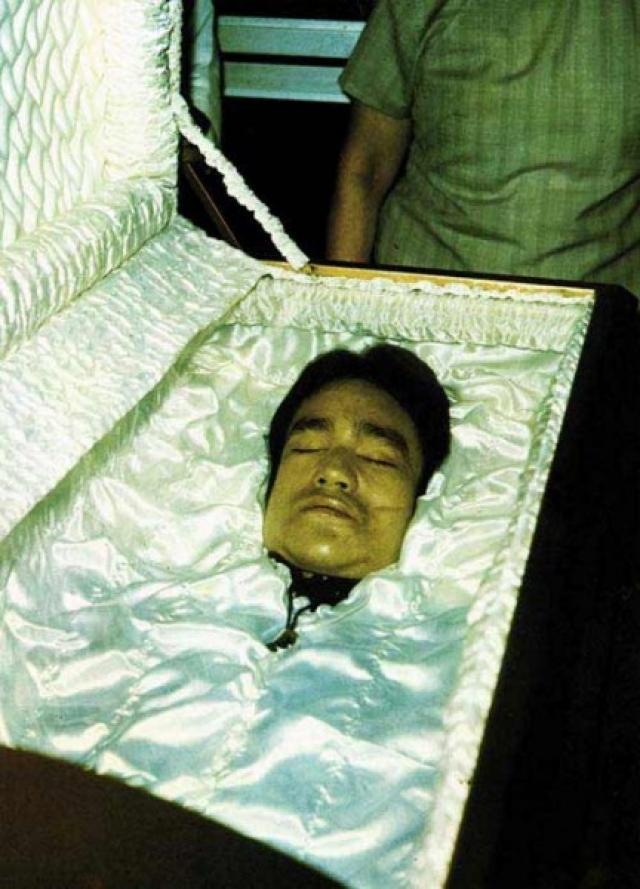 В официальную версию, что Брюс Ли умер от отека мозга из-за необычно сильной реакции организма на простую таблетку от головной боли, мало кто верит.