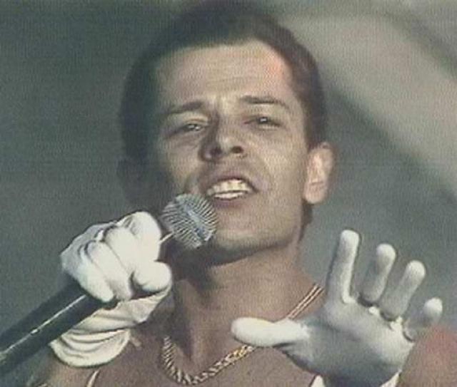 """Вадим Казаченко. С 1989 гоад певец был солистом группы """"Фристайл"""". В 1991 году вышла песня """"Больно мне, больно!"""", ставшая его визитной карточкой и ознаменовавшей начало его сольной карьеры."""