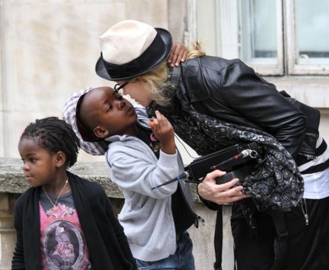 Мадонна. Поп-звезда стала мамой двоих малышей из африканской страны - Малави, семьи которых настолько бедствовали, что вынуждены были отдать их в приют.