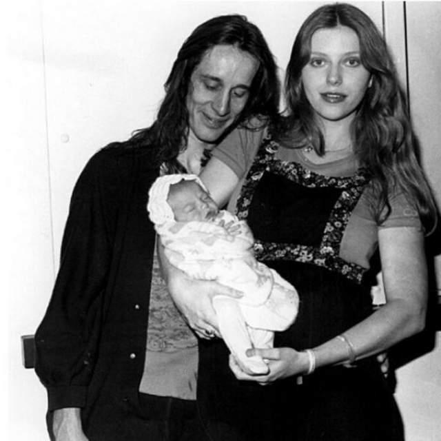 Лив Тайлер. Мать Лив - певица и бывшая модель Бебе Бьюэл забеременела ей после мимолетной интрижки с музыкантом Стивеном Тайлером, лидером рок-группы Aerosmith.