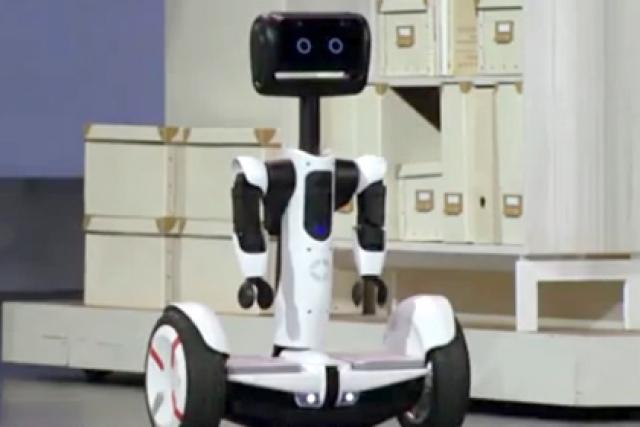 22. Робот-дворецкий. Обладает функциями записи и трансляции видео, благодаря которому робот покажет хозяину дома, кто к нему пришел. При этом гаджет может работать и как обычный ховерборд.