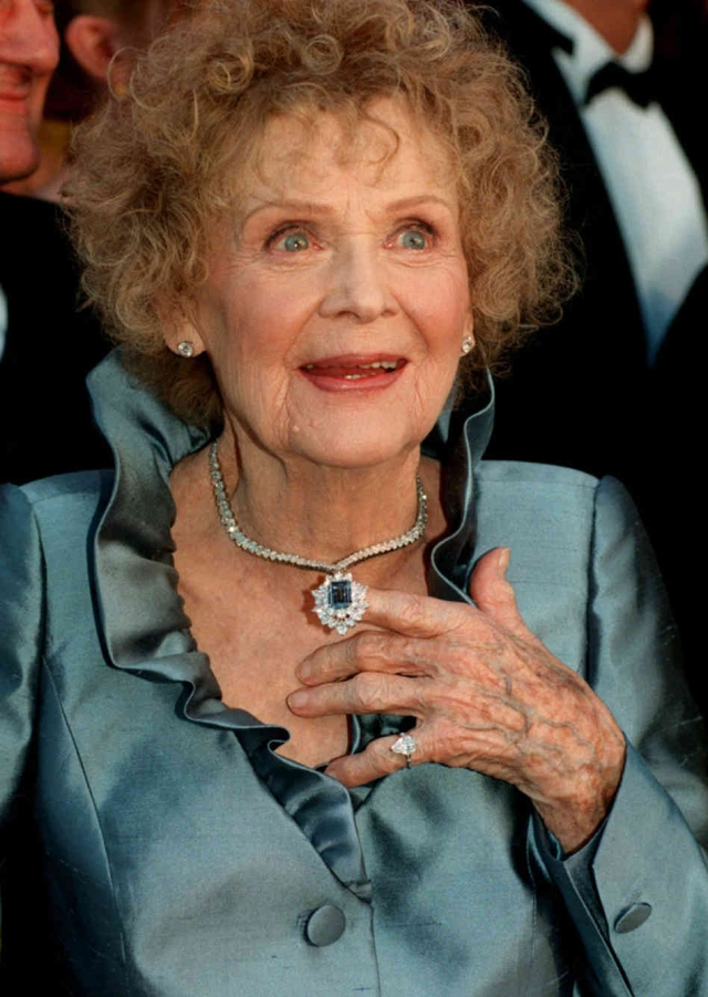 """21 июня 2010 года в преддверии столетнего юбилея Стюарт получила специальный приз Американской гильдии киноактеров за """"безграничную преданность кинематографу"""". Глория скончалась от дыхательной недостаточности 26 сентября того же года."""