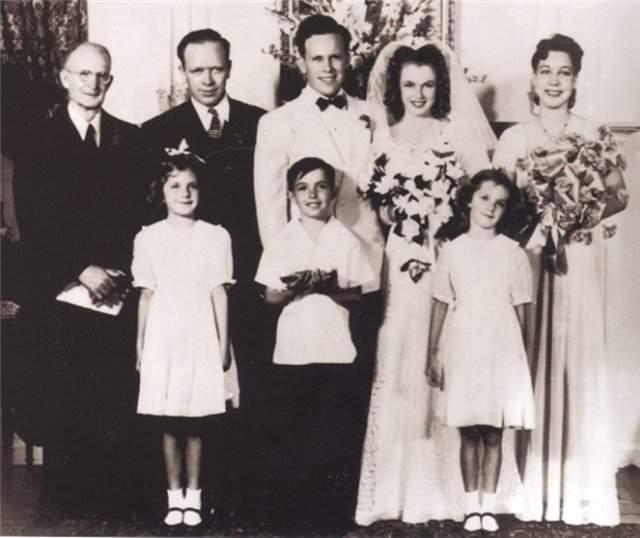 Мерилин Монро, 1926-1962. Секс-символ 20 века стала супругой друга семьи Джеймса Догерти в 1942 году, когда ей исполнилось всего 16 лет! Но мера была вынужденной - чтобы не попасть в детский дом. В 1946 году пара развелась.