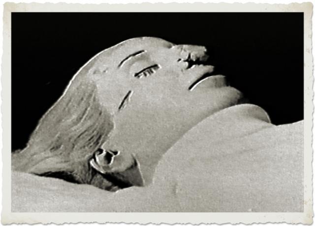 Когда Перон успел жениться повторно, тело Эвиты вернули ему. Правда, на лице мумии были обнаружены следы, нанесенные тупым предметом, а на руке отсутствовал палец.