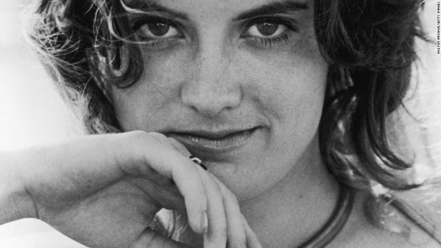 Патти Херст родилась в Сан-Франциско, штат Калифорния. Она выросла в богатой и известной семье газетного магната Уильяма Херста.
