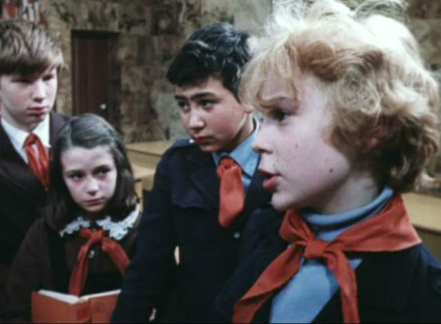 """Оксана Фандера. Мало кто помнит, но ныне известная актриса первую свою роль сыграла именно в """"Приключениях Электроника"""": школьница, называвшая Чижикова Рыжиковым - это именно она."""