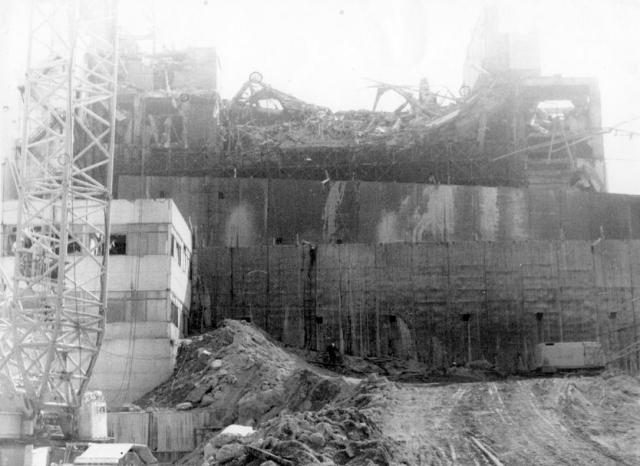Так как было принято решение о запуске 1-го, 2-го и 3-го блоков станции, радиоактивные обломки, разбросанные по территории АЭС и на крыше машинного зала были убраны внутрь саркофага или забетонированы.