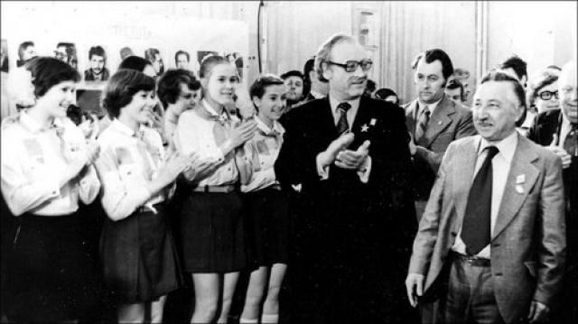 СССР возглавил международную кампанию за его освобождение, а в 1976 году Андрей Сахаров предложил обменять Корвалана на известного советского политзаключенного, диссидента Владимира Буковского. Корвалан получил в СССР политическое убежище.
