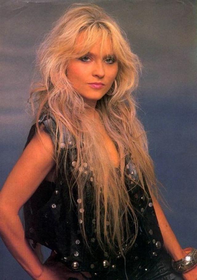 """Доро Пеш по праву считается ведущей представительницей хэви-метал. Тяжелая музыка заинтересовала ее еще в 16 лет, а по окончании школы она возглавила очень популярную впоследствии группу """"Warlock""""."""