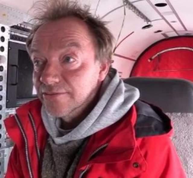 Тайна, окружающая этот 2-километровый таинственный круг во льдах Антарктиды, привела Мюллера и его команду к двум более ранним исследованиям, касающимся больного метеорита, который, как полагали, упал где-то в Антарктиде в 2004 году.