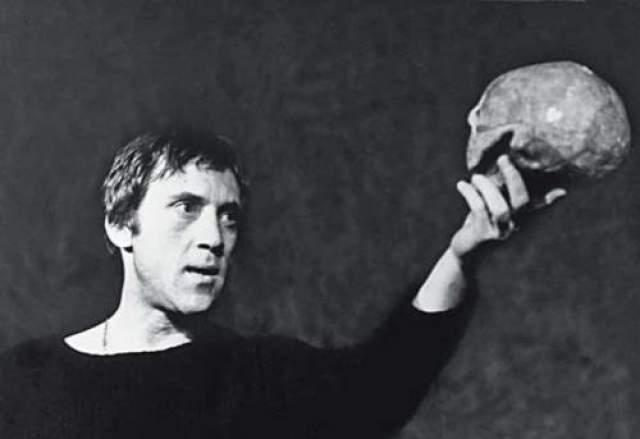 18 июля он последний раз появился на сцене Театра на Таганке в одной из самых известных своих ролей – Гамлета. Говорят, что тогда артист еле доиграл спектакль.