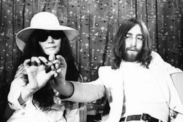 Джон Леннон и Йоко Оно. Участник группы The Beatles и авангардная художница поженились 20 марта 1969 года.