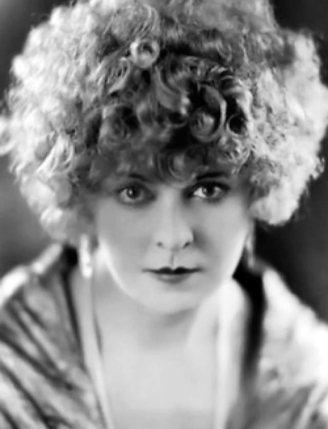 Гертруда Эстор, 9 ноября 1887 - 9 ноября 1977. Эта актриса начинала свой творческий путь с игры на тромбоне на речном катере, прежде чем попала в большое кино. А уж попав туда, не могла остановиться: в период с 1915 по 1962 год она снялась в более чем 250 фильмах.