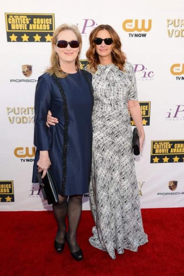 И снова Джулия Робертс, но уже с Мерил Стрип в темных очках, как настоящие леди Бонд.