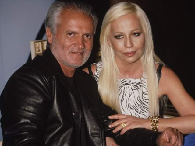 С тех пор было выдвинуто множество версий гибели кутюрье — от мести итальянской мафии до причастности к заказу младшей сестры дизайнера Донателлы, которая наследовала модную империю брата.