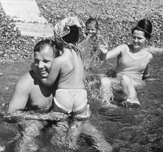 Юрий Гагарин с семьей на отдыхе в Крыму.