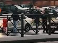 Таксист из-за 100 рублей ударил женщину на глазах у дочери и сбил отца ребенка