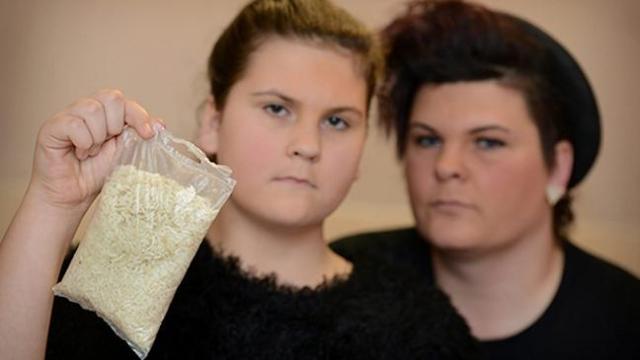 12-летняя девочка нашла восемь личинок в запакованном пакетике риса в Манчестере.